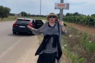 """Loredana Bertè fa l'autostop in Puglia: """"Il mio manager non c'è, spero che qualcuno mi raccatti"""""""