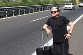 Macchina in panne per Cristiano Malgioglio, lui fa l'autostop ma nessuno si ferma
