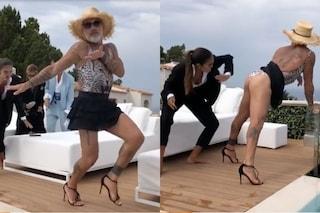 Gianluca Vacchi si veste da donna e si fa sculacciare, così risponde alle accuse di misoginia