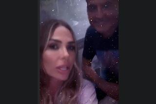 """Ilary Blasi gioca col karaoke al compleanno di Teo Mammucari, lui: """"Sembra la voce dei film porno"""""""