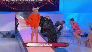 Gemma Galgani imita Marilyn e mostra le mutande, Tina Cipollari le rovina la scena