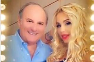 Valeria Marini esagera coi filtri nella foto con Gerry Scotti, l'effetto è assurdo