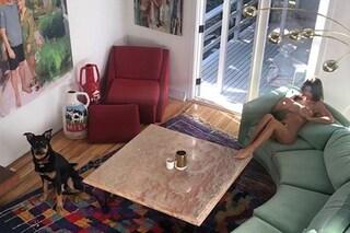 Emily Ratajkowski nuda in casa a colazione, la foto diventa virale