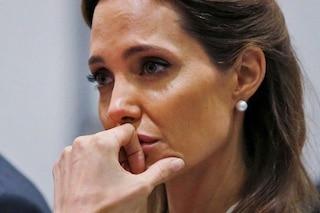 """Angelina Jolie: """"Mia madre morta di cancro a 50 anni, con la mastectomia spero di vivere di più"""""""