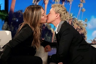 """Jennifer Aniston bacia Ellen DeGeneres in tv, la conduttrice: """"Ecco cosa volevano vedere"""""""
