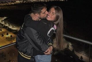 Fabio Colloricchio sorprende la fidanzata Violeta Mangrinan: dopo la convivenza arriva l'anello