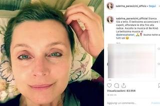 """Sabrina Paravicini, i capelli ricrescono dopo le terapie: """"È bellissimo affondarci le dita"""""""