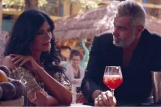 "Pamela Prati lancia ""Corazón De Vacaciones"", nel videoclip c'è un finto Mark Caltagirone"