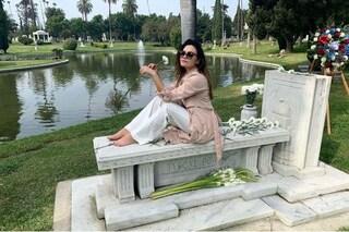 """Romina Carrisi in posa sulla tomba del nonno, la madre a chi la critica: """"Fiele sui miei figli"""""""