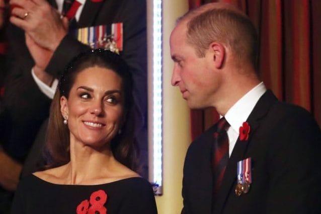 Kate risponde a Meghan e scompare dalla foto con William