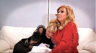 """Gemma si dispera con Tina: """"Juan Luis se n'è andato"""". A letto insieme, lui si era addormentato"""