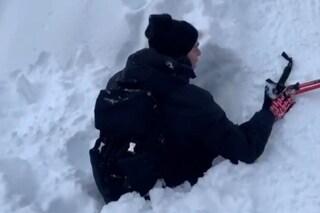 Fedez scivola sulla neve e finisce fuori pista, tutti ridono ma nessuno lo aiuta a risalire