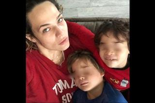 """Laura Chiatti dopo le critiche per il dito medio di Enea: """"Ignoranti, a mio figlio insegno ad amare"""""""
