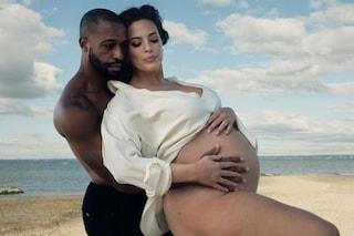 Ashley Graham ha partorito, nato il figlio che la modella aspettava dal marito Justin Ervin