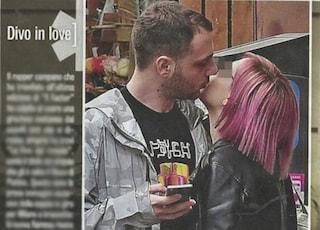 Anastasio è fidanzato con una misteriosa ragazza dai capelli rosa
