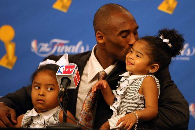Kobe Bryant bacia la figlia Gianna nel 2008, a una conferenza stampa dopo la vittoria dei Lakers contro i Boston Celtics. Con loro anche la figlia maggiore Natalia