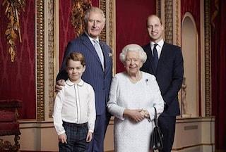Il Principe George è cresciuto, per la prima volta è nel ritratto di Natale con la Regina