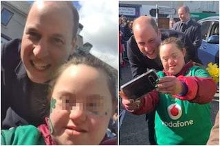 Il principe William rompe il protocollo reale e posa per un selfie con una fan