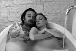 Eva Riccobono è incinta: l'annuncio nuda in vasca con il compagno, foto fatta dal primogenito Leo