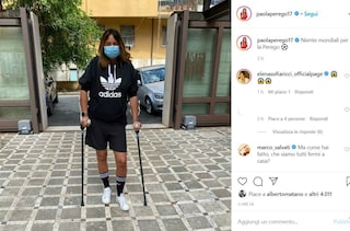 Paola Perego vittima di un infortunio domestico, costretta a portare le stampelle