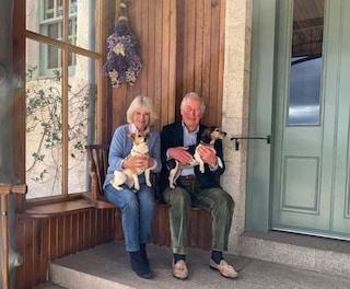 Carlo e Camilla vicini dopo il Covid-19, la foto per festeggiare i 15 anni di matrimonio