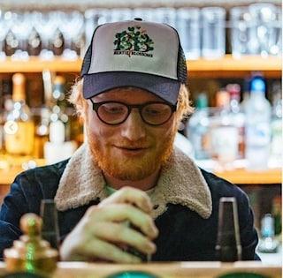 Ed Sheeran chiude il suo pub per il coronavirus, ma continua lui stesso a pagare i dipendenti
