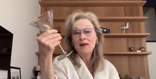 Meryl Streep canta e si prepara un drink in accappatoio, il video fa milioni di visualizzazioni