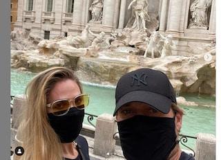 Francesco Totti e Ilary Blasi in incognito per le strade Roma, la mascherina è il nuovo anonimato