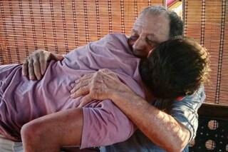 """Gianni Sperti riabbraccia il padre dopo il lockdown, non lo vedeva da sette mesi: """"Finalmente"""""""
