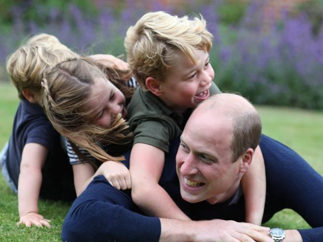 Il principe William compie 38 anni: le foto in giardino con i figli