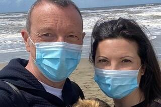 Amadeus e Giovanna Civitillo alla prima uscita dopo il Covid: in spiaggia con José e mascherina