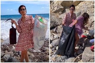 """Caterina Balivo pulisce la spiaggia dai rifiuti con la famiglia: """"Il pianeta ha bisogno di noi"""""""