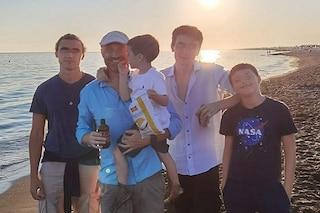 """Rudy Zerbi riabbraccia tutti e quattro i figli, la foto al mare dopo la quarantena: """"Felicità"""""""