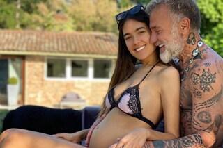 """Sharon Fonseca incinta di Gianluca Vacchi: """"Criticata per le smagliature, orgogliosa del mio corpo"""""""