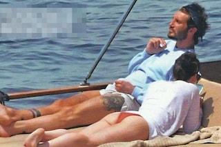 L'estate di Stefano De Martino senza Belén, sorpreso in barca con un amico e la sorella Adelaide