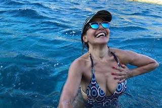 """""""Col cuore, in mare"""", la foto di Barbara D'Urso in bikini fa il pieno di like"""