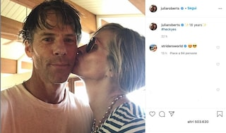 Julia Roberts e Danny Modler: un tenero bacio per festeggiare 18 anni insieme