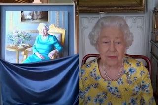 La Regina Elisabetta costretta alle videochiamate anche per vedere un suo ritratto
