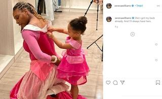 """Serena Williams e la tenera foto con la figlia: """"Mi copre le spalle, come per sempre farò con le sue"""""""