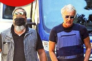 Massimo Giletti con il giubbotto antiproiettile e la scorta per le vie di Roma