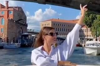 Venezia e influencer, Natalia Paragoni gioca a fare la diva in barca tra i canali