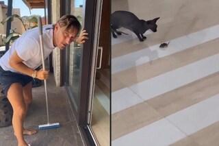 Il topo in casa di Ilary Blasi, parte II: Francesco Totti, armato di scopa, prova a scacciarlo