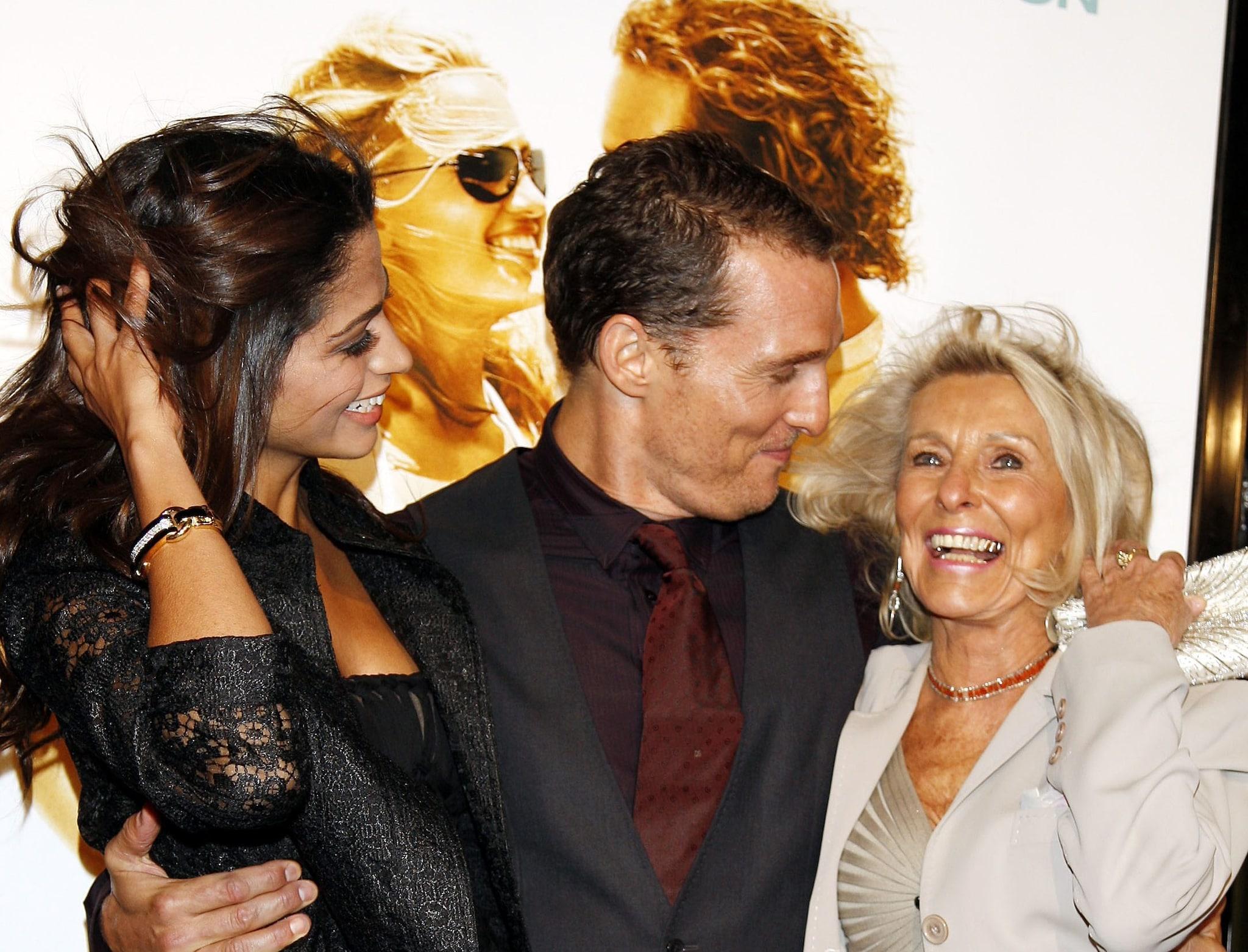 L'attore con la moglie Camila Alves e la madre Kay McCabe