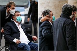 """Rodolfo Laganà ai funerali di Gigi Proietti, l'arrivo in carrozzella e le lacrime: """"Lui è Roma"""""""