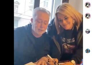 Angela da Mondello firma un contratto con Lele Mora