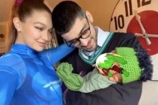 Gigi Hadid e Zayn Malik mostrano il primo selfie con la figlia, tutti vestiti a tema Halloween