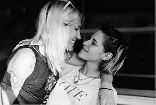 La rara e romantica foto di Kristen Stewart con la fidanzata Dylan Meyer