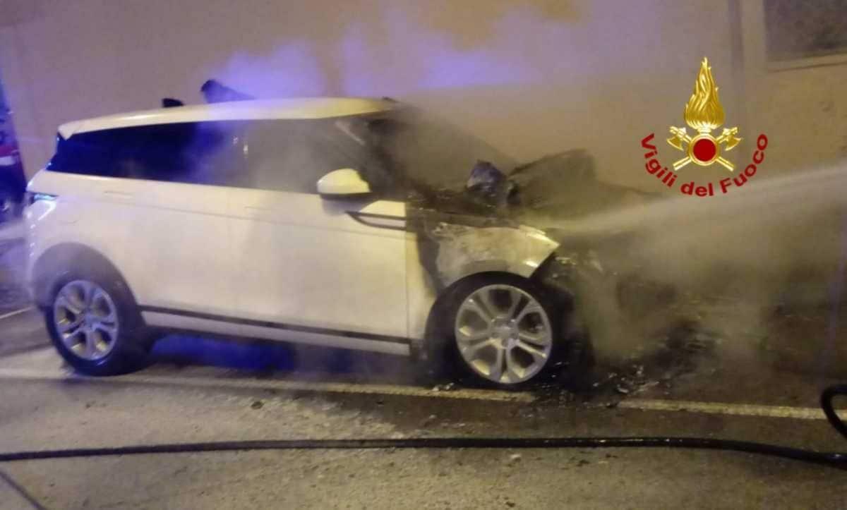 La macchina di Serena Enardu data alle fiamme
