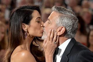 """George Clooney e l'amore per la sua Amal: """"Non ho mai smesso di scriverle lettere"""""""