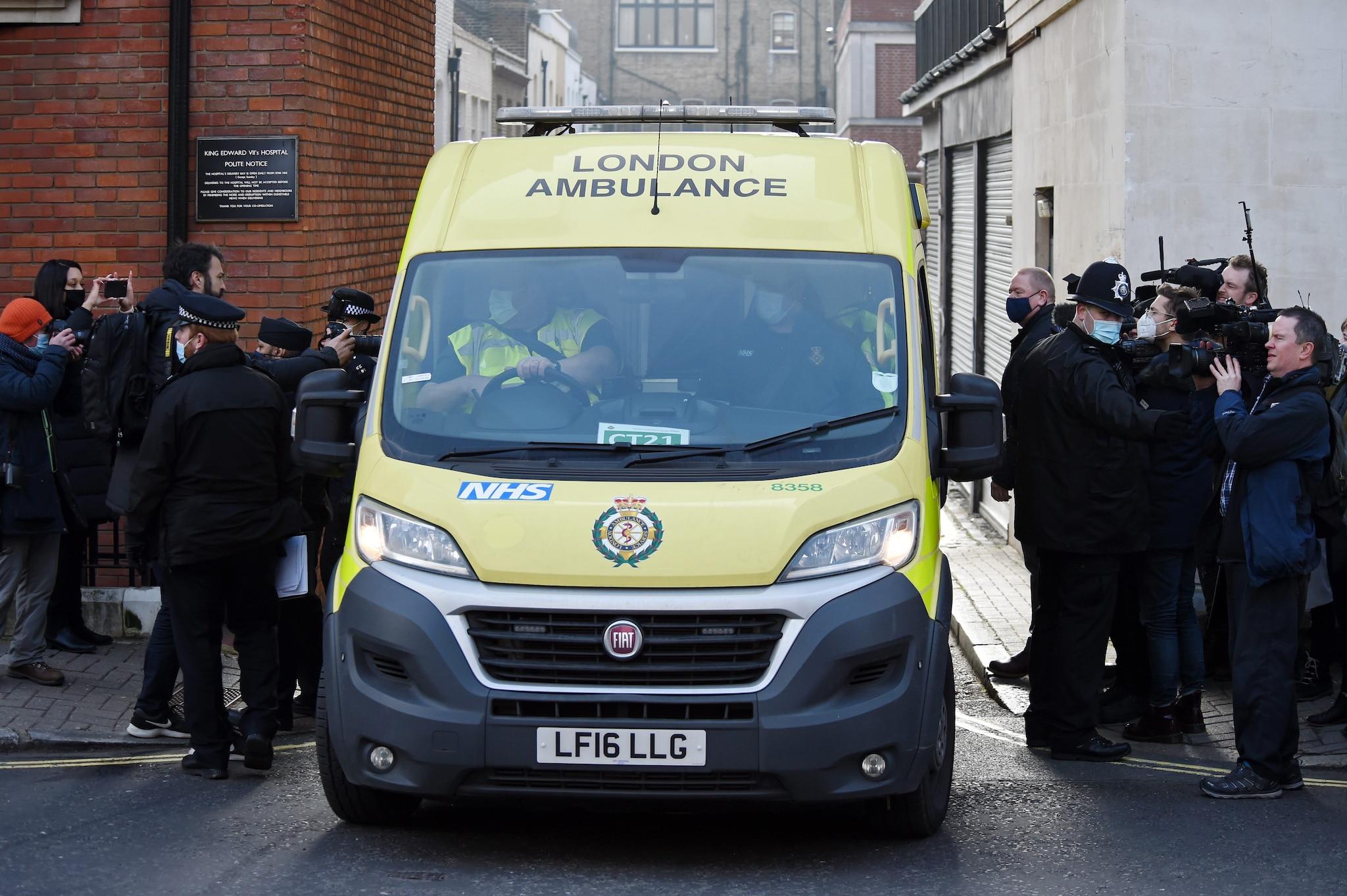 Il trasferimento del principe Filippo in ambulanza